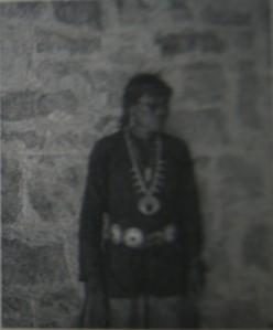 """Une Nadleeh appelée """"Charlie"""" par le photographe Adam Clark Vroman, qui prit cette photo dans un village Navajo à Bitahoochee en 1895."""