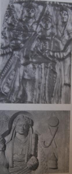 En haut: La figure sur la droite est une prêtresse transs enaree. Cette image vient d'une plaque en or sur une tiare de la fin du IVème siècle EC des Karagodeuaskh Tumulus sur la rivière Kuban. En bas: une prêtresse galla de la déesse Cybèle, du milieu du IIème siècle EC.
